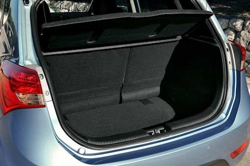 Baksätet kan justeras i längsled för större bagageutrymme. Ryggstödet är också justerbart av komfortskäl.