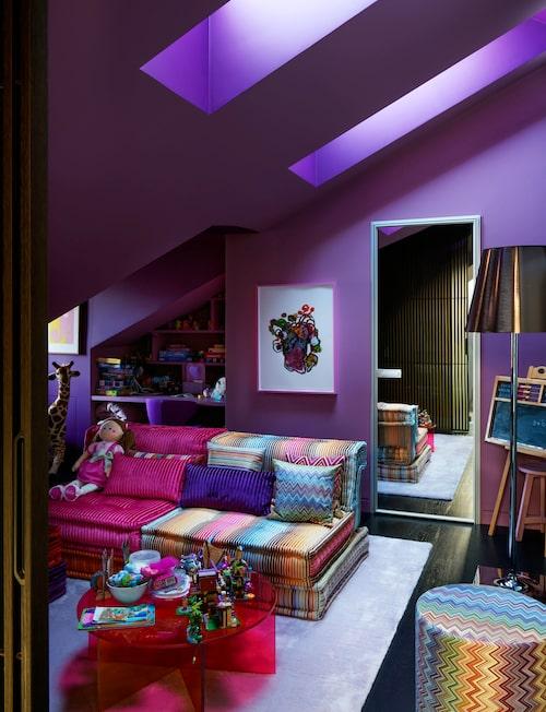 Regnbågsrum: Ett rum för dottern och hennes kompisar att mysa i. Soffa och puff Mah Jong, Missoni home/Roche Bobois, och det färgskiftande glasbordet från Glas Italia.