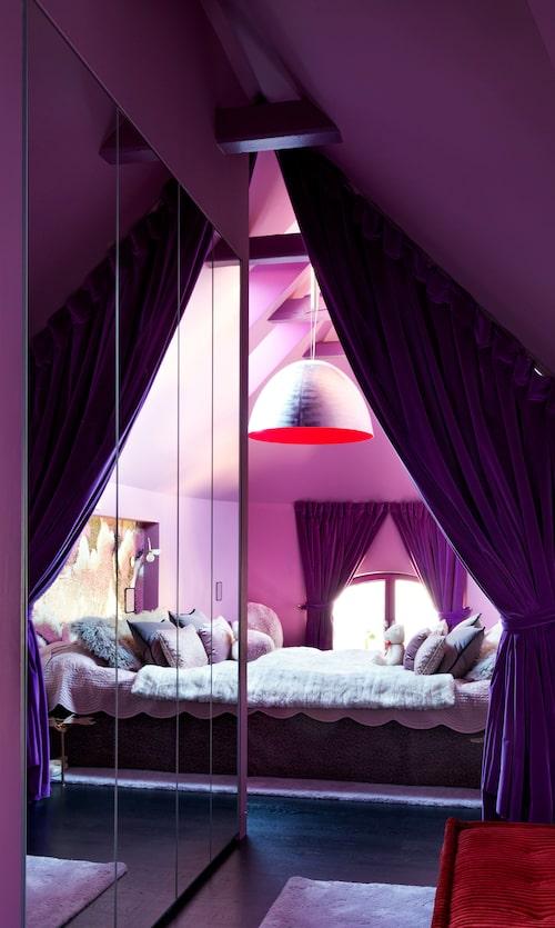 Lila beduintält: Vilken färgvärld vill en sexårig flicka leva i? Olika nyanser av rosa och lila står ofta på önskelistan, och ja, hon älskar det. Dottern har en egen liten mini-lägenhet med sovrum i det gamla rundade trapphuset, och här skapade Harry en känsla av beduintält med tjocka ridåer i lila sammet. Taklampan av Ingo Maurer är inuti målad med självlysande färg.