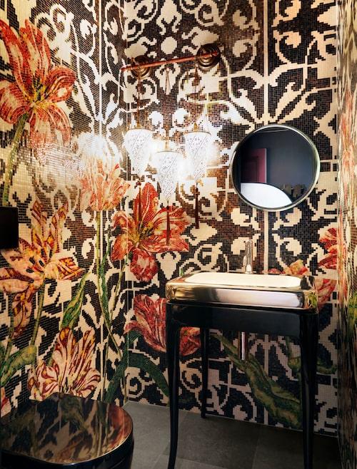 """Gästtoalett:  Här skruvade vi upp tonen ett snäpp, det är som att kliva in i en underbar tavla."""" Marcel Wanders har designat Bisazzas mosaik Tulips i rött, grönt, guld och plommon. Sanitetsporslin och övrig inredning, Bisazza bath. Venetianska lampor av handmålat siden."""