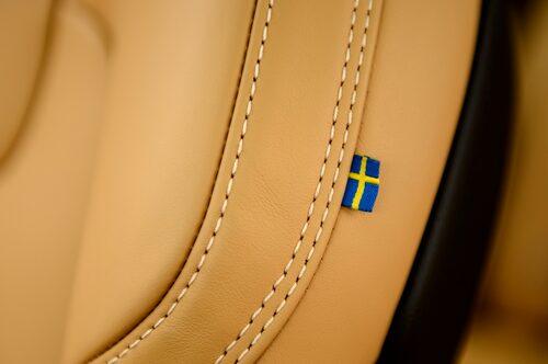 En påsydd svensk flagga på stolarna berättar om ursprunget. Gimmick som fungerar!
