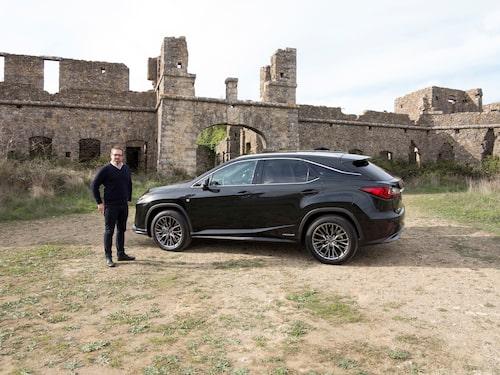 Lexus RX har blivit större. Marcus Engström kämpar för att inte bli det… Båda är aggressivt formgivna.