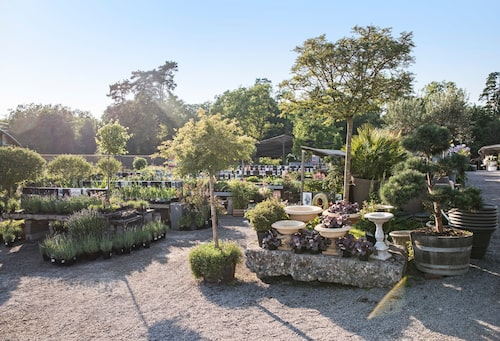 Under sommaren bygger Bosse upp ett antal visningsträdgårdar i området runt odlingarna och växthusen i Slottsträdgården Ulriksdal.