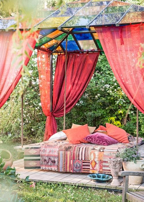 """""""I trädgården ska man vila och njuta, inte stressa."""" Patchworkmattan på hängsängen är från Craft collective."""