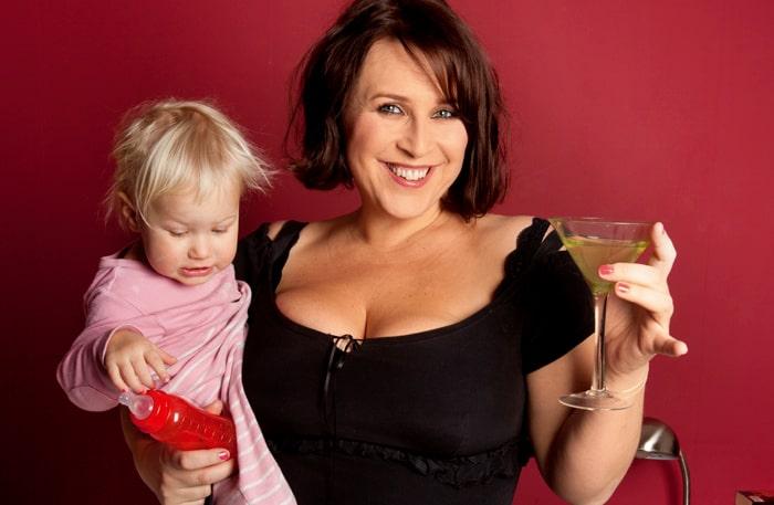 Journalisten Hannah Widell bor med döttrarna Rosa, 9, och Wilma, 2, och fästmannen Gustav i Stockholm.