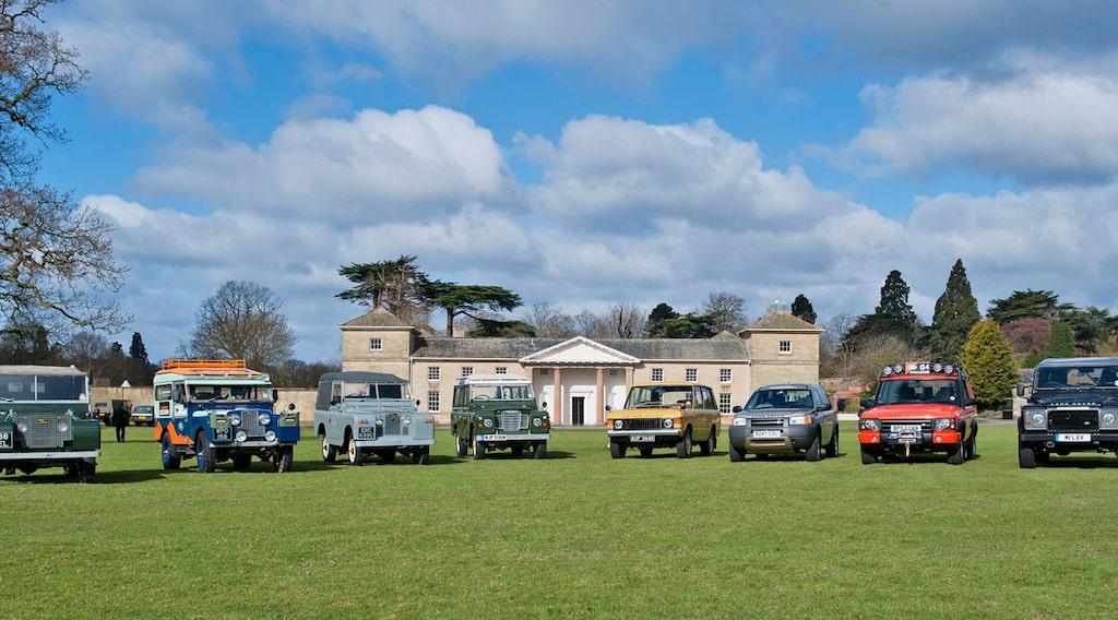 Från vänster: 1948 Land Rover Series I, Land Rover Series I Overland Expedition Replica, Land Rover Series II, Land Rover Series III, 1970 Range Rover, 1997 Freelander, 2003 Discovery G4 Expedition och 2013 Defender LXV Special Edition