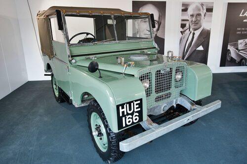 Bilen med registreringsnummer HUE från 1948 är allmänt känd som Huey och är den första serieproducerade Land Rovern.