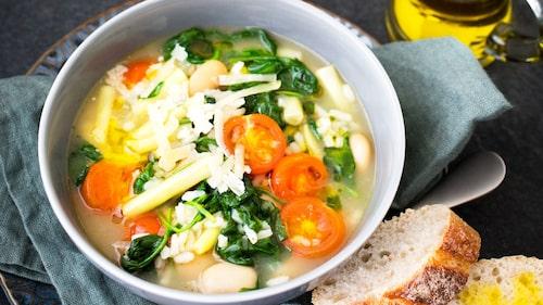 Svenska grönsaker används här i en soppa med italienska smaker.