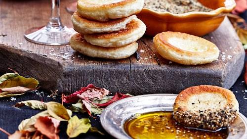 Recept på miniflatbreads med dukkah och olja.