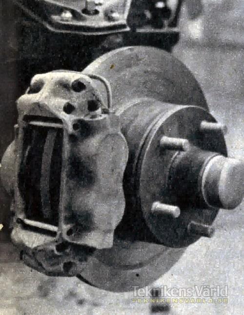 Skivbromsar på framhjulen ger effektiv och behaglig bromsverkan även vid höga farter. Servoaggregatet ger lågt pedaltryck.