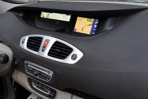 Ett givet tillval är den mycket prisvärda integrerade navigatorn från TomTom för cirka 5 000 kronor.