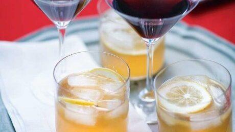 Den sötsyrliga tranbärsjuicen ger en fin brytning till cocktailen med glögg och konjak.