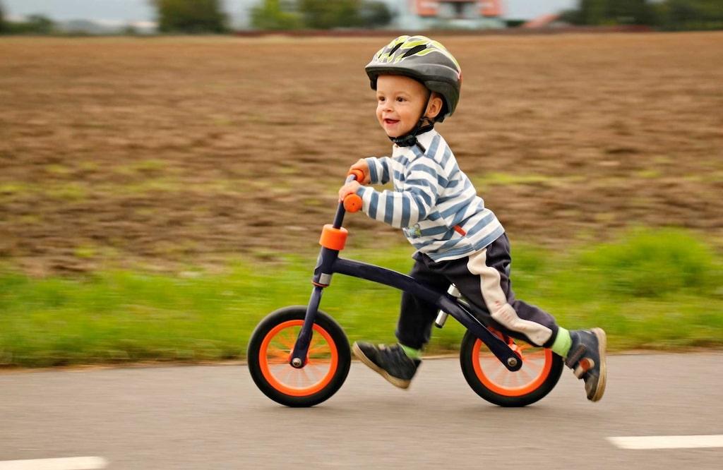 Det är viktigt att barnets cykelhjälm verkligen passar och sitter bra.