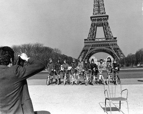 Pressen gav Katja god reklam i samband med modevisningen i Paris 1966. Pressfotograferna hyrde cyklar till mannekängerna som här fotograferas i Katjas plagg framför Eiffeltornet i Paris.