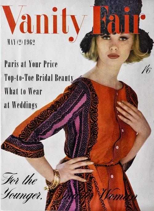 Vanity Fair-omslag från 1962 med Katja of Sweden-designad klänning. Klänningens tyg, KÄSPAIKKA, är designat av Maija Isola för Marimekko. Foto: Viveca Ohlsson/Kulturen