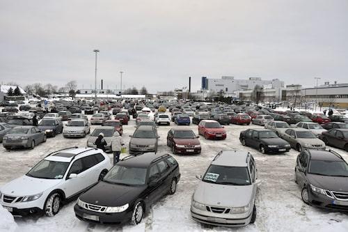 Parkeringen utanför Saab-fabriken var en mäktig syn när bilarna hade samlats där. Alla fick inte plats på en och samma gång. Medan bilar lämnade i jämnt flöde kördes det in nya i samma takt.
