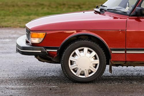 Så här ska det inte se ut! Originalhjulen med blanka plåthjultallrikar nyttjas för sommardäcken och på grund av väglaget kör vi vinterskodda däck. Förlåt!