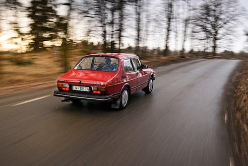 Baktill har den en vanlig sedan-baklucka, men eftersom baksätet är fällbart kallade Saab modellen för halvkombi. Större baklyktor kom 1977, svarta bakstammen kom senare. Så sent som 1983 kunde köparna välja mellan fyrväxlat eller betala 4000 kronor extra för femväxlad. Men 1984 var det femväxlat för hela slanten.