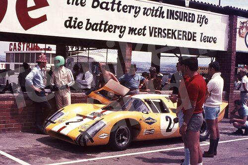 Bild 1. Joakim Bonnier med sin Lola T70 pratar taktik med Reine inför 9-timmarsloppet på Kyalami, Sydafrika 1969. Mått 70 x 50 cm.