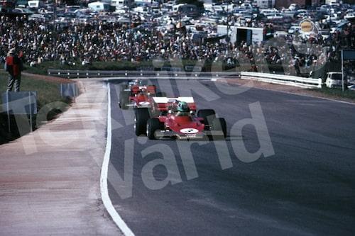 Bild 13. Säsongsstart i Formel 1 1971. Reine tätt följd av stallkollegan Emerson Fittipaldi på Kyalamibanan i Sydafrika. Reine och Emerson har kontakt än i dag. Mått 50 x 35 cm.
