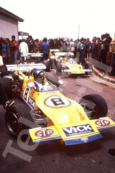 Bild 15. Brasilien hösten 1971. Marchs Formel 2-bilar rullar fram. Ronnie tar täten och i bil nummer 10 sitter Mike Beuttler. Mått 50 x 70 cm.