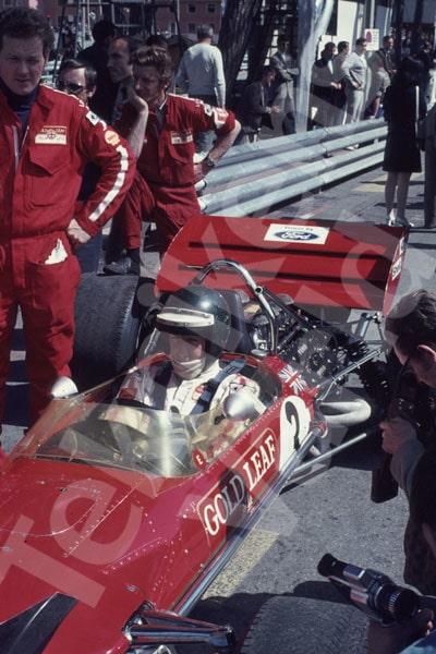 """Bild 9. Jochen Rindt och Lotus förlitade sig på """"gamla"""" modell 49 i Monaco 1970. Bilden med honom på ställ i kasinokurvan har Reine inte fångat med kameran men har den kvar i huvudet. Mått 35 x 50 cm."""