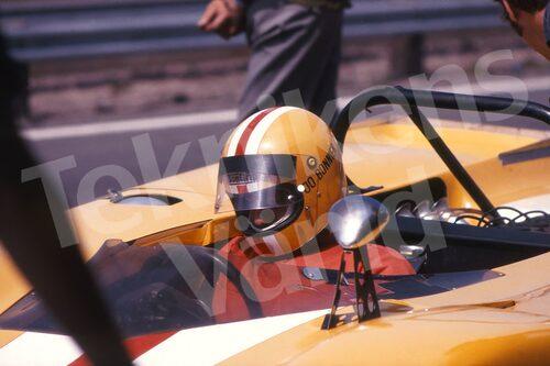 Bild 6. Joakim Bonnier körde Formel 1 åren 1956-71 men även sportvagnar med stor framgång, då ofta i Lola-bilar. Mått 70 x 50 cm.