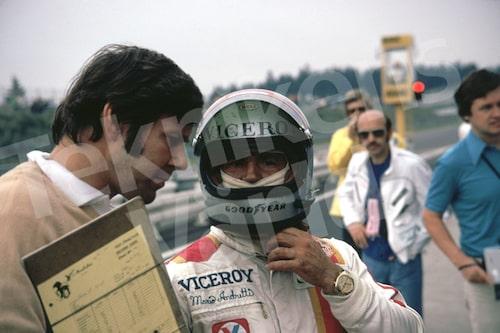 """Bild 20. Reine träffade Mario Andretti första gången 1969. """"Han körde skjortan av alla i Formel B, jänkarnas svar på Formel 2. När jag hälsade på honom 1985 hade han en affisch på mig i sitt garage."""" Mått 50 x 35 cm."""