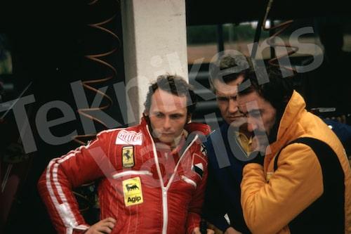 """Bild 19. Niki Lauda 1975. En odugling med bra bankkontakter, tycket många när han debuterade 1972. """"Den fick man backa på"""", säger Reine. Åren 1975, 1977 och 1984 blev Niki världsmästare i Formel 1. Mått 50 x 35 cm."""