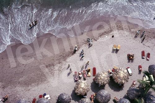 Bild 29. Mexiko 1970. Stranden i Acapulco ser inbjudande ut. Mått 50 x 35 cm.