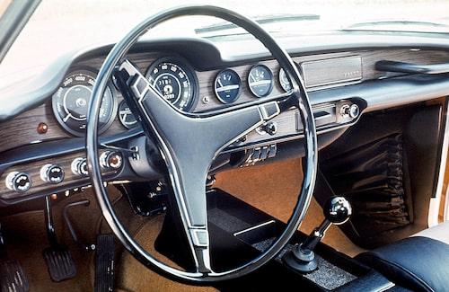 Inredningen i 1800-bilarna var alltid bekväm men det fanns utrymme för förbättringar. I slutet av livscykeln var både stolar och instrumentering bättre. Här syns en 1800E från 1970 som har fått den nya instrumentbrädan med svarta instrumenttavlor och mattsvarta sargar, allt för att främja läsbarheten.