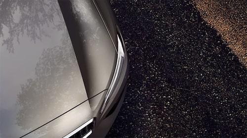 På denna bild, hämtad från volvocars.com, ser vi liiiite mer av fronten men framför allt mycket av det karaktäristiska veck på huven som samtliga nyare Volvo-modeller har (XC60, S90, V90 och XC90). På V60 (och S60) ser det ut att vara ännu lite mer tillspetsat.