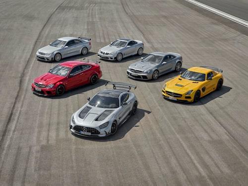 Fem Black Series-bilar från förr – CLK 63 AMG Black Series, SLK 55 AMG Black Series, C 63 AMG Black Series, SL 65 AMG Black Series och SLS AMG Black Series – med sprillans nya Mercedes-AMG GT Black Series längst fram.