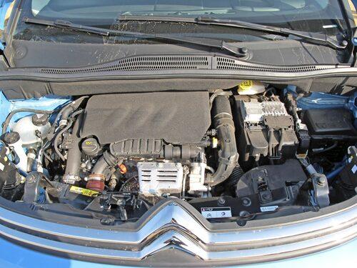 Den trecylindriga bensinmotorn finns med 82 eller 110 hästkrafter.