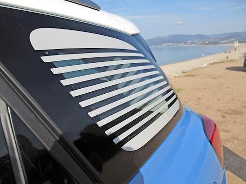 Vanliga tonade rutor är för konventionellt för Citroën. Bakrutorna har rolig persienndekor.