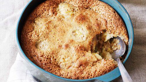 Recept på äppelkaka med calvados och hasselnötstäcke.