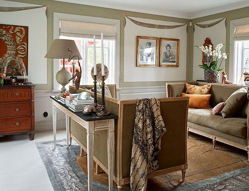 I salongen har fönster och väggfält ramats in med bårder och festonger, som alltifrån renässansen varit ett omhuldat dekorationsmedel. Trågsofforna, nytillverkade med bekväma dunplymåer, är från en belgisk producent. Här sitter man intimt, och när efterrätten serveras ställs små brickbord fram. Färgaccenter i rummet är ockra, grönt och brunt.