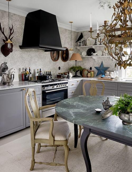Två nytillverkade rokokostolar har sin plats kring det specialbeställda bordet med rokokounderrede och marmorerad skiva.