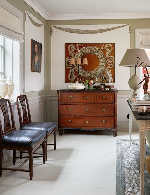 Väggfragmentet ovanför empirebyrån är från tidigt 1800-tal och har följt med Jim och Alexander till alla deras hem. Mönstret kommer igen i mattan, en presenning som på beställning målats av bildkonstnären Jonas Wickman.