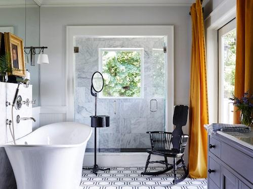 Hej på dig, naturen! Grön utsikt från fönstret i den glasade duschhörnan längst in i badrummet.