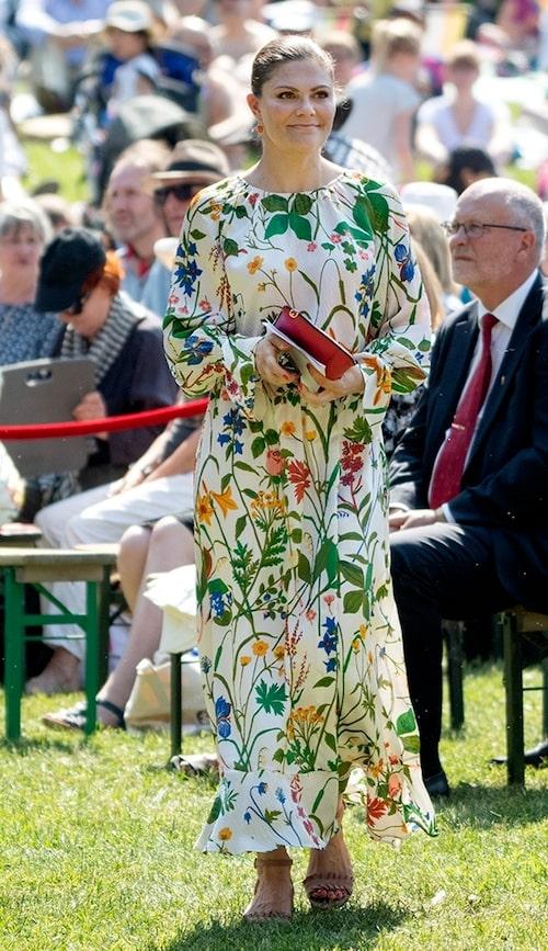 Kronprinsessan Victoria firade Nationaldagen 2019 i Hagaparken, iklädd svensk design.