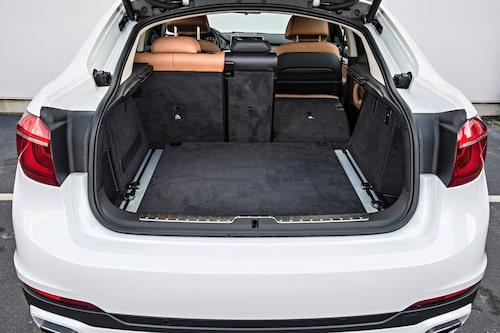 X6 har fått bättre utrymme i baksätet. Bagageutrymmet har vuxit något till 580 liter, lite mer än en V70.