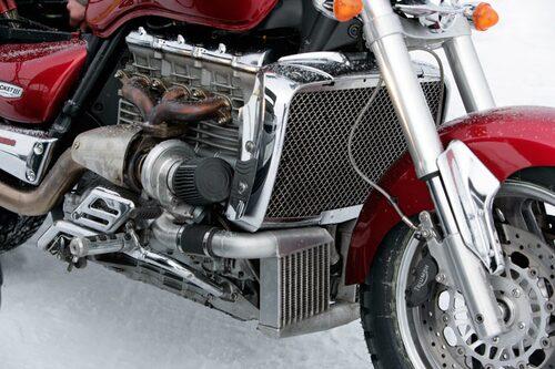 Trecylindrig turbomatad maskin på denna Triumph som tillhör Anders Lundgren. Toppeffekt på 266 hästkrafter.