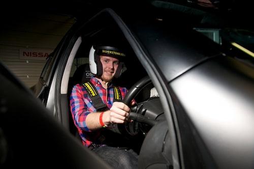 Teknikens Världs Erik Gustafsson bakom ratten i monstercrossovern Nissan Juke-R.