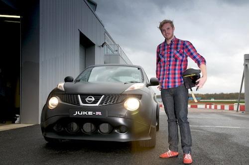 Teknikens Världs Erik Gustafsson redo att ta sig an Nissan Juke-R på Silverstone.