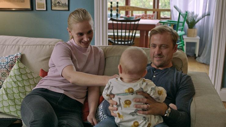 """Erik Johansson spelar Patrik i """"Bonusfamiljen"""" och Vera Vitali spelar hans fru Lisa."""