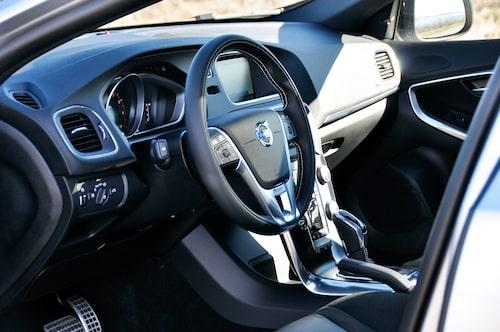 V40-interiören har lämnats orörd av Polestar. Vi saknar främst mer sittriktiga skalstolar, skulle förhöjt körkänslan hos lill-Volvon avsevärt.