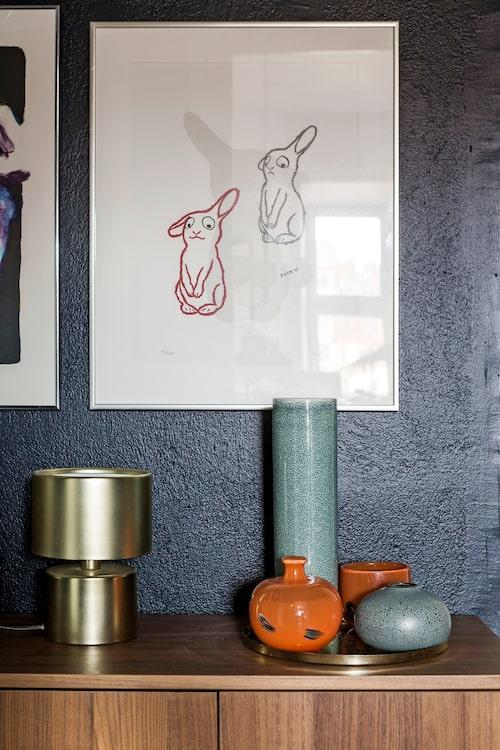 Litografi med kaniner av Marianne de Geer, lampa från Jotex och en liten samling vaser, blandat arvegods och presenter, på mässingsbricka, H&M Home.