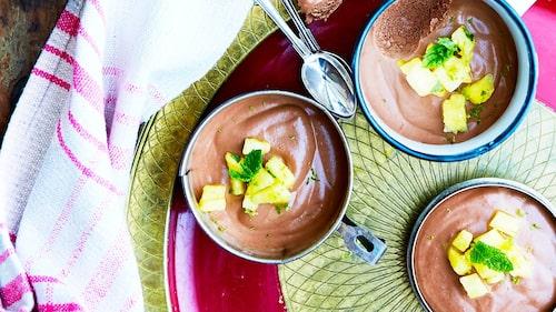 Recept på chokladmousse  med bourbon och ananassalsa.