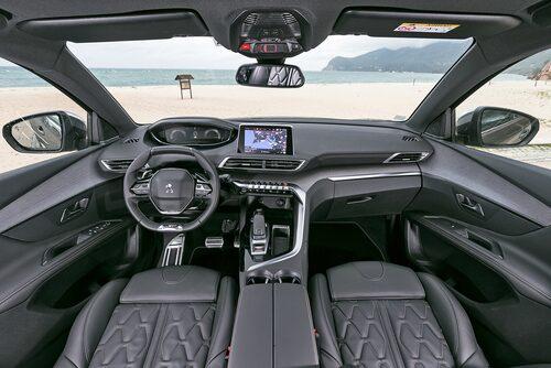 Instrumentklustret ovanför den lilla kantiga ratten kan ställas in för en mer personlig touch.